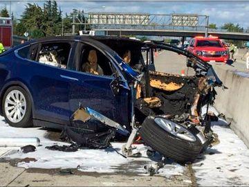 Tesla spune că pilotul automat își face mașinile mai sigure. Victimele accidentului spun că ucide.